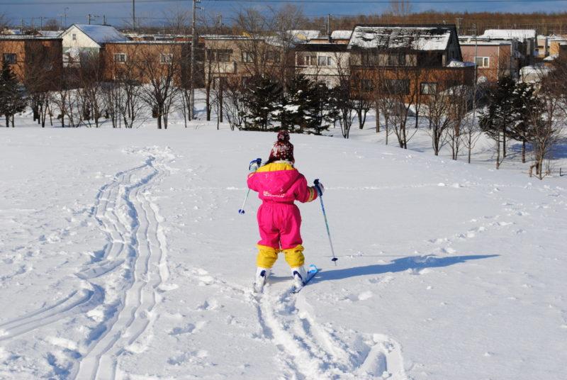 子どもがスキーをする写真
